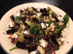 lykkelunsj med quinoa, rødbeter og kylling panert med solsikkekjerner